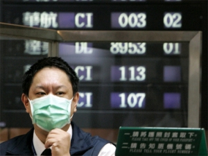 swine_flu_man_in_mask_airport_432